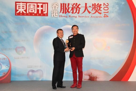 立法會議員謝偉俊太平紳士頒發「香港服務大獎2014 ─ 優越生活組別 (珠寶金行)」予 六福集團副主席兼副總經理謝滿全先生
