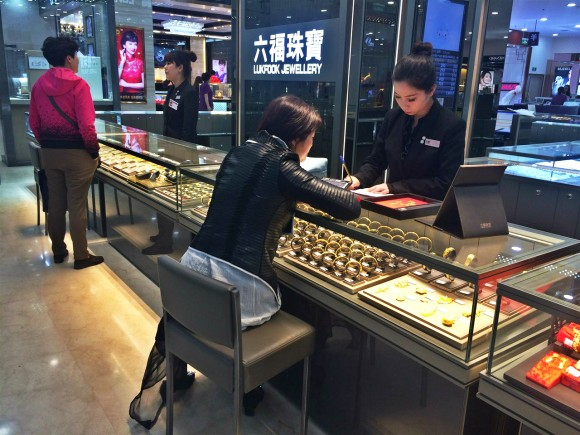 圖片2:專櫃銷售人員為顧客提供悉心服務