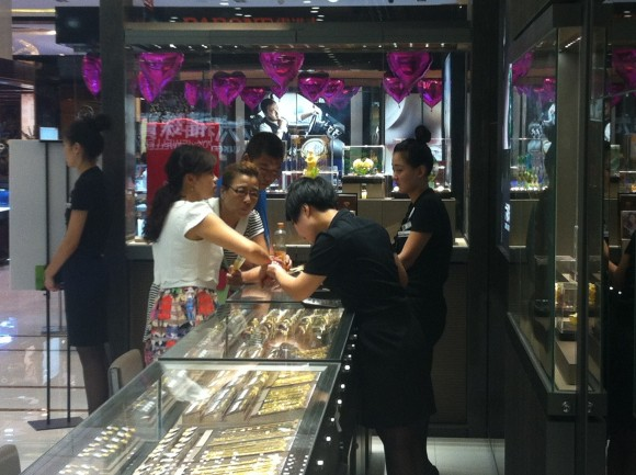 圖片2:銷售人員為顧客提供試戴服務