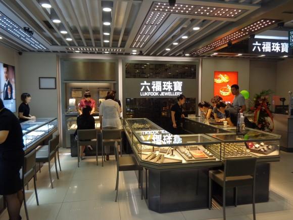圖片2:專業的銷售人員為顧客提供珠寶服務