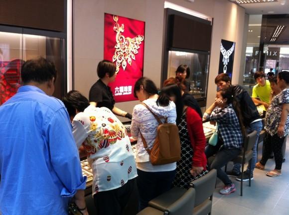 圖片1:開業首日熱鬧的銷售場面