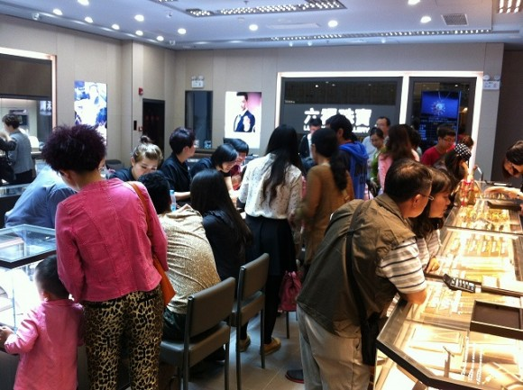 圖片2:眾多消費者前來專櫃挑選心儀的珠寶