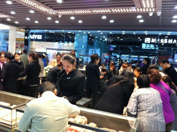 圖片2:開業當天熱鬧的店鋪銷售場景