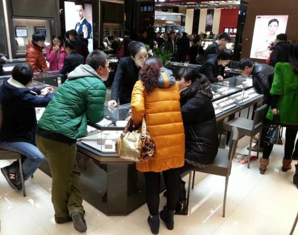 圖片2:眾多消費者駐足選購