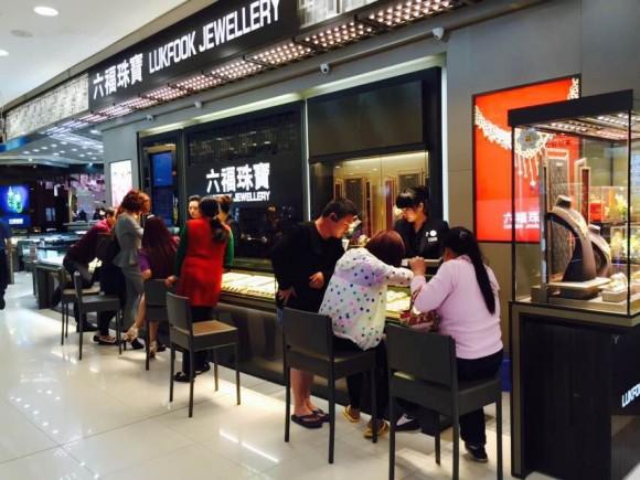 圖片2:熱情的銷售人員為顧客提供專業珠寶服務