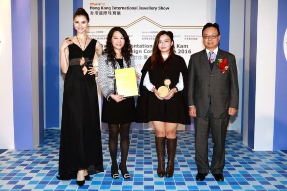 香港宝石学协会主席周家强先生(右一)颁发奖项予 六福集团执行董事兼副总经理王巧阳小姐(左二)及得奬设计师朱慧安小姐(右二)