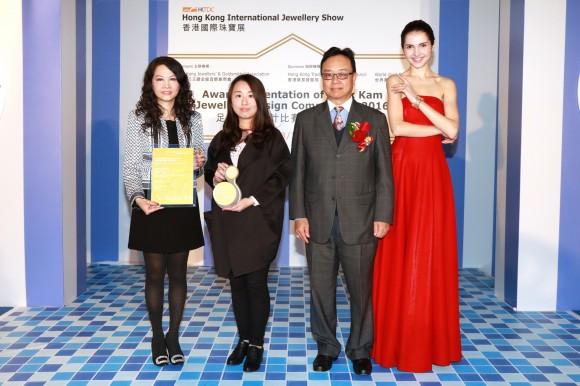 香港宝石学协会主席周家强先生 (右二)颁发奖项予 六福集团执行董事兼副总经理王巧阳小姐(左一)及得奬设计师刘林会小姐(左二)